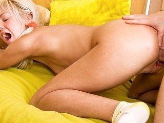 Hot blonde chick enjoys a double-hole fucking